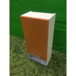 Valge seinakapp oranži uksega (kasutatud)